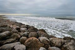 Szenische Ansicht der felsigen Küste in Versilia-Küstenlinie während eines Sturms lizenzfreie stockbilder