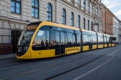 Szenische Ansicht der gelben Straßenbahn in Buda-Riverbank stockbilder