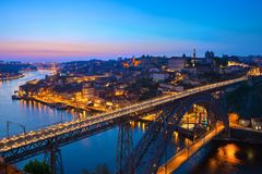 Szenische Ansicht der historischen Stadt von Porto- und Luis-I Brücke in der Dämmerung, Portugal lizenzfreie stockbilder