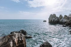 Szenische Ansicht der Küste, die Landschaft des schönen Strandes stockbilder