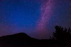 Szenische Ansicht der Milchstraße und des Sternes über Diablo See im Nationalpark der Nordkaskade, Wa, USA Stockfotos