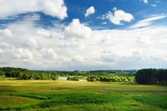 Szenische Ansicht der schönen grünen litauischen Landschaft mit einem Fluss in einem Abstand Lizenzfreie Stockfotos