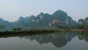 Szenische Ansicht der schönen Karstlandschaft, des Flusses und der Reisreisfelder stock footage
