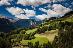 Szenische Ansicht der schönen Landschaft in den Alpen stockbilder