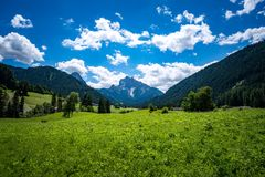 Szenische Ansicht der schönen Landschaft in den Alpen stockbild