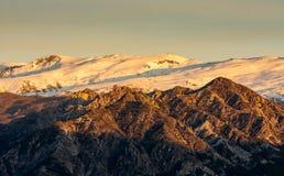 Szenische Ansicht der Strecke Sierra Nevada -schneebedeckten Bergs während der goldenen Stunde, Spanien lizenzfreie stockfotografie