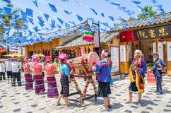 Szenische Ansicht der traditionellen Leistung durch lokale Leute im Yunnan-Nationalitäts-Dorf, das in Kunming, China sich befinde Lizenzfreie Stockfotos