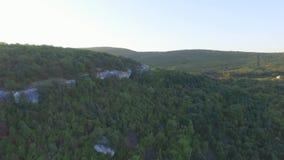 Szenische Ansicht des Bereichs an den Bergen genommen am sonnigen Frühlingstag schuß Konzept des ruhigen und natürlichen Lebens stock video