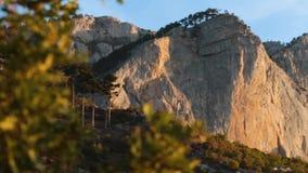 Szenische Ansicht des Bereichs an den Bergen genommen am sonnigen Frühlingstag schuß Konzept des ruhigen und natürlichen Lebens stock footage