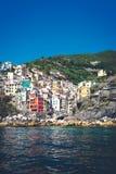 Szenische Ansicht des bunten Dorfs Riomaggiore lizenzfreies stockfoto