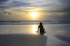 Szenische Ansicht des erstaunlichen schönen Sonnenuntergangstrandes mit Schattenbild von wo lizenzfreie stockfotografie