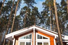 Szenische Ansicht des Holzhauses des sehr großen und hohen Baums und der Fassade Stockfotos