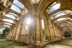 Szenische Ansicht des ruinierten Klosters eines verlassenen Klosters HDR-Bild mit Strahl des Lichteffektes Lizenzfreies Stockbild
