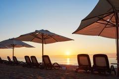 Szenische Ansicht des sandigen Strandes auf dem Strand mit Sonnenbetten und Regenschirme öffnen sich gegen das Meer und die Berge Stockfoto