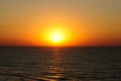 Szenische Ansicht des schönen Sonnenaufgangs über dem Meer Lizenzfreie Stockfotos