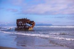 Szenische Ansicht des Schiffbruchs auf Strand stockfoto