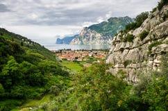 Szenische Ansicht des Sommers über das kleine italienische Bergdorf im Tal nahe See Lizenzfreie Stockfotografie