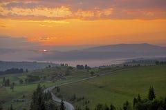 Szenische Ansicht des Sonnenaufgangs in den Karpatenbergen, Ukraine Stockbilder
