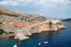 Szenische Ansicht Dubrovniks über Stadtmauern stockfotografie