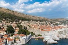 Szenische Ansicht Dubrovniks über Stadtmauern stockfotos