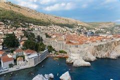 Szenische Ansicht Dubrovniks über Stadtmauern stockbilder