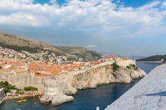 Szenische Ansicht Dubrovniks über Stadtmauern lizenzfreie stockfotos