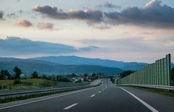 Szenische Ansicht einer Wicklung Landstraße Lizenzfreie Stockfotos
