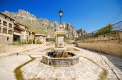 Szenische Ansicht eines alten Brunnens und des Quadrats in der alten Stadt von Pancorbo, Burgos, Spanien Lizenzfreie Stockfotos
