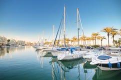 Szenische Ansicht einiger Yachten im Jachthafenhafen an der Dämmerung, in Benalmadena, Màlaga, Spanien Stockbild