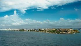 Szenische Ansicht historischer bunter Puerto- Ricostadt im Abstand mit Fort im Vordergrund Stockbilder