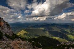 Szenische Ansicht mit Dunklem, blau, bewölkt, Himmel von Rax-Hochebene, Schneeberg-Gebirgsmassiv, auf Tal mit Puchberg-Dorf lizenzfreies stockfoto