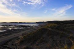 Szenische Ansicht nach Westen über die Sanddünen bei Newborough Waren in Richtung zu Newborough-Strand, Anglesey, Wales lizenzfreie stockfotografie