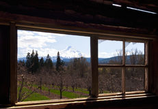 Szenische Ansicht vom Fenster des alten Hauses Stockfoto