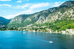Szenische Ansicht von Bucht Montenegros Kotor mit Booten und hohen Bergen stockfotografie