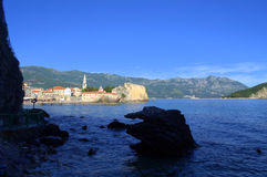 Szenische Ansicht von Budva-Bucht, adriatisches Meer Stockbilder