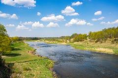 Szenische Ansicht von der Br?cke zum Fluss an einem sonnigen Fr?hlingstag stockfotos