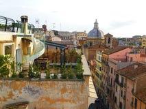 Szenische Ansicht von der Dachspitze zu den alten Gebäuden in Rom, Italien Lizenzfreie Stockfotos