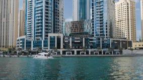 Szenische Ansicht von Dubai Marina Skyscrapers mit großem Boot, Skyline, Ansicht vom Meer, UAE stock video footage