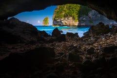 Szenische Ansicht von einer Höhle zum tropischen Strandparadies der azurblauen Lagune Stockfotografie