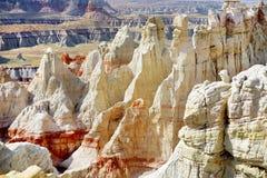 Szenische Ansicht von erstaunlichen weißen gestreiften Sandsteinunglücksboten in der Kohlengrube-Schlucht nahe Tubastadt, Arizona lizenzfreie stockbilder