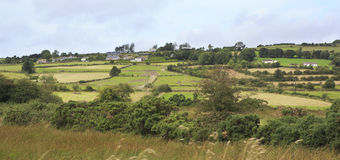 Szenische Ansicht von ländlichen Bauernhäusern unter Ackerland Stockbild