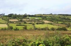 Szenische Ansicht von ländlichen Bauernhäusern unter Ackerland Stockfoto