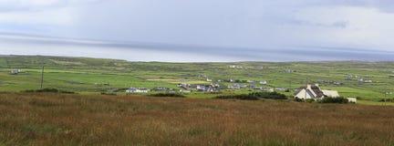 Szenische Ansicht von ländlichen Bauernhäusern unter Ackerland Lizenzfreie Stockbilder