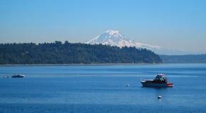 Szenische Ansicht von Mt. regnerischer mit Booten Stockfotografie