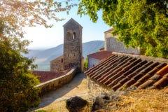Szenische Ansicht von Nekresi-Kloster im träumerischen Sonnenlicht, Georgia lizenzfreies stockbild