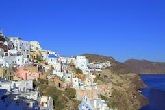 Szenische Ansicht von Oia und von Küstenlinie, Santorini Stockbilder