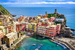 Szenische Ansicht von Ozean und von Hafen im bunten Dorf Vernazza, Ci Stockfotografie