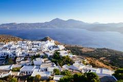 Szenische Ansicht von Ozean und von traditionellem griechischem Dorf Plaka, Griechenland stockbilder