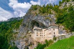 Szenische Ansicht von Predjama-Schloss nahe Postojna, Slowenien am sonnigen Sommertag lizenzfreie stockbilder