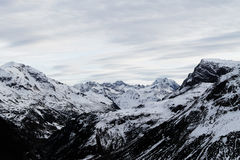 Szenische Ansicht von Schnee mit einer Kappe bedeckten Bergen Stockbilder